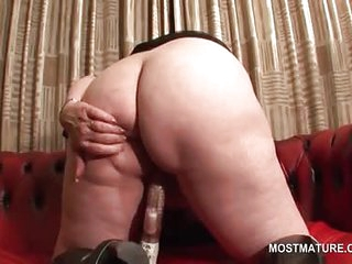 Phat butt mature dildoing her big horny twat